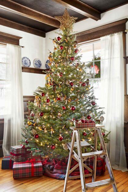 Brad de Crăciun rustic cu ghirlande