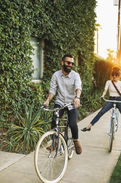 cuplu-plimbare-cu-bicicleta