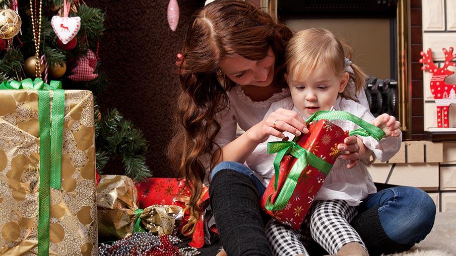 familie-de craciun deschide cadouri